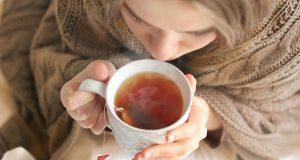 Wer erkältet ist, sollte dem Körper genügend Ruhe und Wärme gönnen. Wichtig ist es zudem, viel zu trinken.
