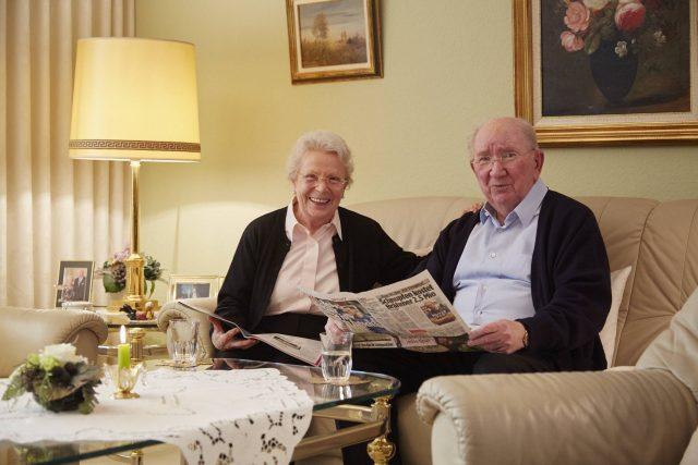 Altes Ehepaar in ihrem Eigenheim