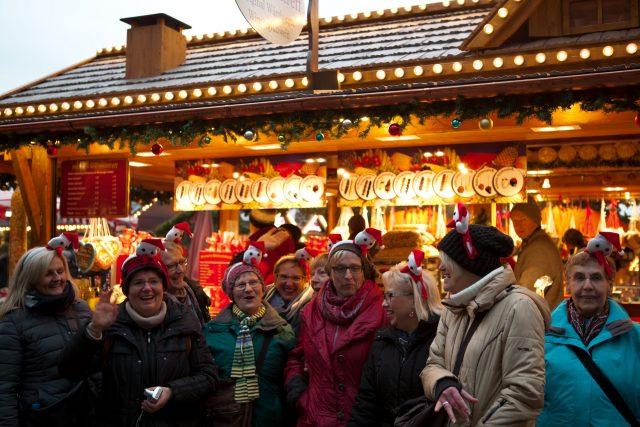 Frauengruppe auf Weihnachtsmarkt