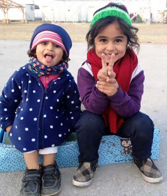 """Die Helfer von """"Liebe im Karton"""" sind der Meinung, es gibt einen anderen Weg - ohne Bomben, Panzer und Gewalt. Schenken auch Sie Kindern in Syrien ein Lächeln!"""