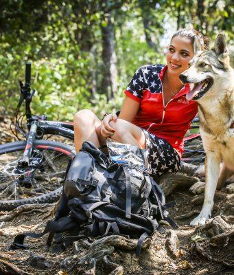 Wenn es um artgerechte Hundeernährung geht, orientieren sich Hundehalter gerne am Wolf - an seiner Beute und seinem Fressverhalten.