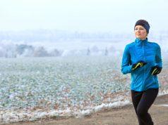 Im Winter sollte man entspannt joggen und möglichst durch die Nase atmen, damit die kühle Luft ausreichend erwärmt wird. Von Tempotraining raten Experten bei strammer Kälte ab.