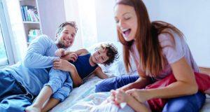 Familien dürfen sich freuen: Ab dem 1. Juli 2019 bekommen sie jeden Monat zehn Euro mehr Kindergeld pro Kind.