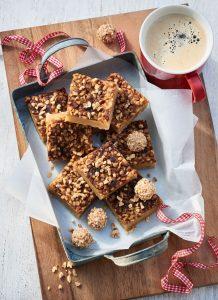 Weiße Schokolade und feines Gebäck verleihen diesen Brownies ihren besonderen Charakter.
