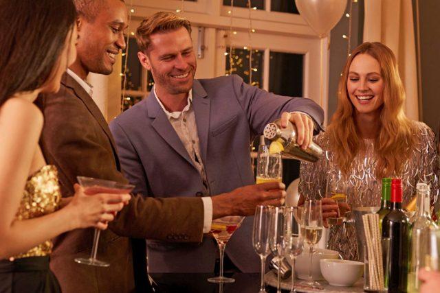 Cocktails selbst zu mixen, etwa auf der Weihnachts- oder Silvesterfeier, ist ein Riesenspaß für alle Gäste - und sorgt zudem für besondere Genussmomente im Glas.