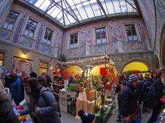 Das Atrium im Josefsheim erstrahlt zum Don Bosco Weihnachtsmarkt in winterlichem Glanz.