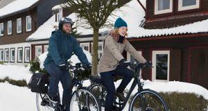 Viele Radler lassen auch von einer geschlossenen Schneedecke nicht abschrecken; der Fahrradhelm sollte dann aber dabei sein.