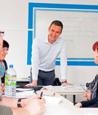 Neben dem Fernstudium finden regelmäßig Präsenzveranstaltungen statt, in denen man in kleinen Gruppen in einem der über 50 Studienzentren lernt.