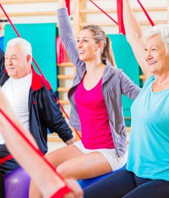 Sanfte Gymnastik, die die besonders häufig betroffenen Knie- und Hüftgelenke schont, wird von vielen Sportvereinen angeboten.
