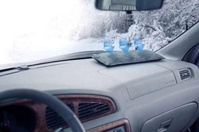 Gefährlicher Blindflug: Bei kühlen Temperaturen neigen Fahrzeugscheiben dazu, von innen zu beschlagenen. Entfeuchterkissen beugen dem Problem vor.