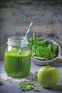 Mit einem Green Detox Smoothie, der Kombination aus viel Obst und Gemüse, tankt man Vitamine, Mineralstoffe, Spurenelemente, sekundäre Pflanzenstoffe und Flüssigkeit.