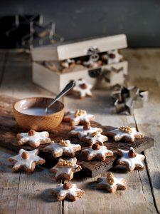 Der Duft von Weihnachten verbreitet sich mit den selbst gebackenen Nusssternen schnell im ganzen Haus.