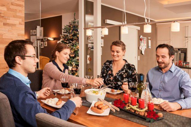 Ein Essensritual wird an Heiligabend von vielen Bundesbürgern innig gepflegt: Mit Abstand am häufigsten kommen an diesem Tag Würstchen mit Kartoffelsalat auf den Tisch.