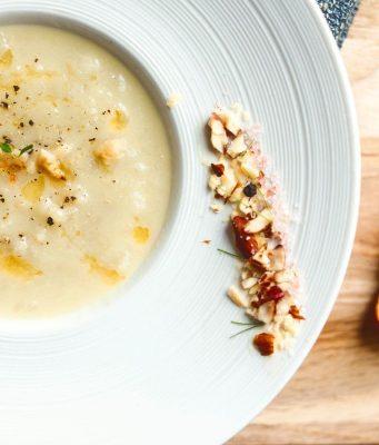 Wärmt an kalten Tagen: Kürbis zählt zu den beliebten Gemüsesorten für Herbst und Winter und lässt sich etwa als Suppe genussreich zubereiten.