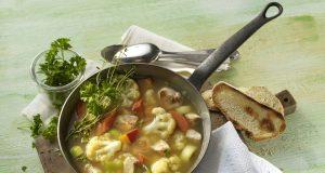 Suppen mit Geflügel eignen sich gut für eine ausgewogene Ernährung - wie etwa die bunte Gemüsesuppe mit Putenbrust.