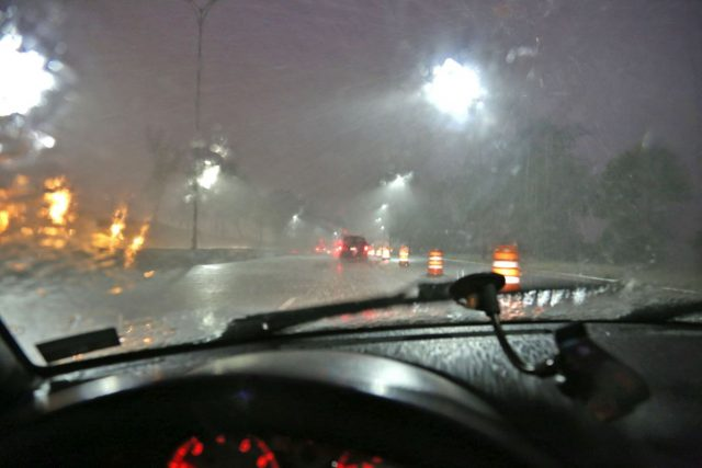 Aufgrund schlechter Wetterverhältnisse und mangelnder Sicht steigt in der dunklen Jahreszeit das Unfallrisiko im Straßenverkehr. Kommen noch Sehdefizite hinzu, kann es besonders gefährlich werden.