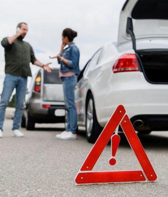 Wer auffährt, ist nicht immer grundsätzlich schuld am Unfall - den Vorausfahrenden kann unter Umständen ebenso eine Mitschuld treffen.