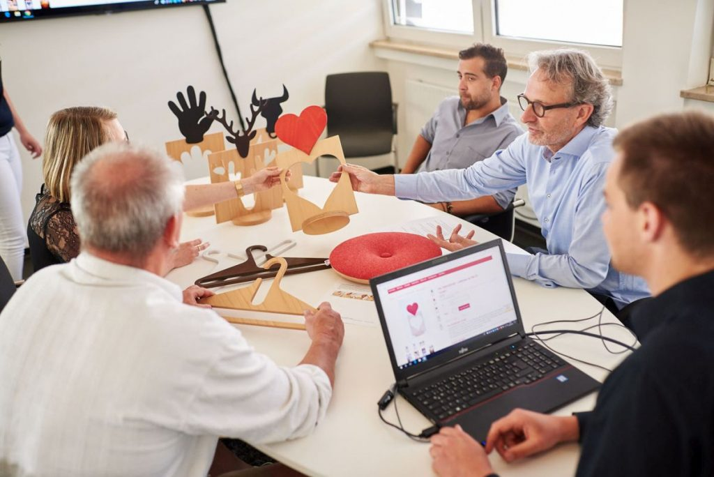 In seinem kleinen Team diskutiert Diplom-Designer Christoph Zschocke neue Entwürfe für den Online-Shop.