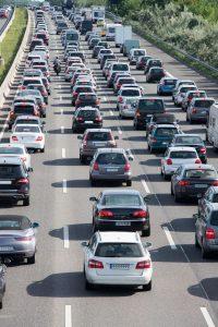 Eine Rettungsgasse ist auf der Autobahn zu bilden, sobald der Verkehr ins Stocken gerät.
