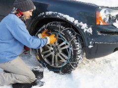 Übung macht den Meister: Das Aufziehen der Schneeketten sollte man am besten zu Hause in Ruhe üben, bevor es dann zum Skiurlaub ins Gebirge geht.
