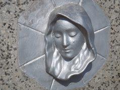 Stahlkraft - Ausstellung von Heiligenfiguren aus Silber in Würzburg