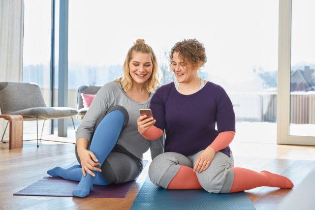 Die App regt zu Therapie begleitenden Aktivitäten an, etwa zu Yoga, Entstauungsgymnastik und Entspannungsmethoden.