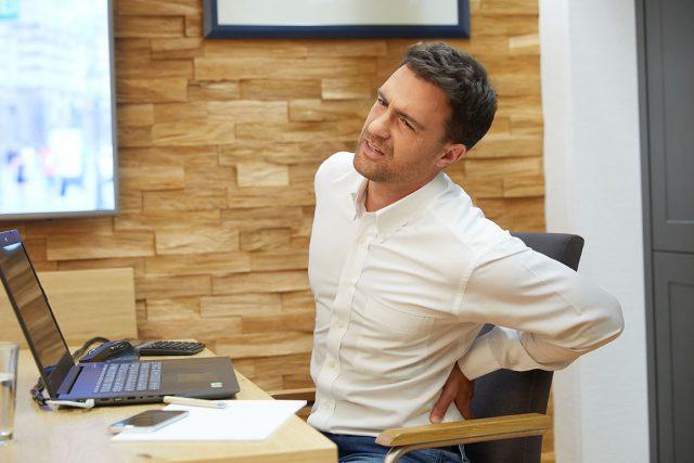 Wer viel sitzen muss, hat häufig mit Rückenschmerzen zu kämpfen. Um die Faszien zu lockern, kann regelmäßiges Aufstehen sinnvoll sein.