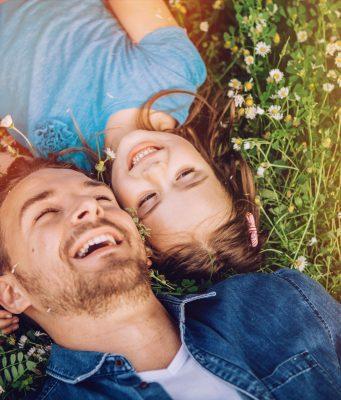 Pollen - na und? Mit den richtigen Maßnahmen können Heuschnupfenpatienten die warme Jahreszeit unbeschwerter genießen.