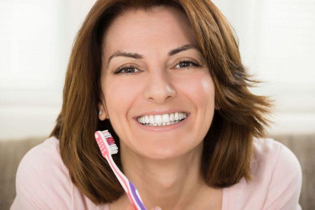 Zweimal am Tag sollte man für mindestens je drei Minuten die Zähne reinigen. Die Zahncreme sollte Fluoride enthalten. Einmal am Tag sollten die Zahnzwischenräume zudem entweder mit Zahnseide oder mit Interdentalbürsten gereinigt werden.
