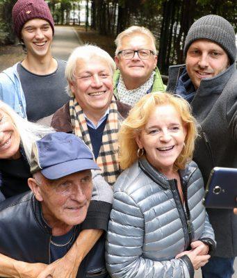Senioren lernen ihr Smartphone schnell zu schätzen: Per WhatsApp beispielsweise können neben Textnachrichten auch Fotos und Videos verschickt werden.