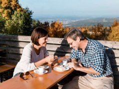 Immer wieder gibt es schöne Orte für eine Pause, in der Wanderer heimische Köstlichkeiten in Bad Staffelstein genießen können.