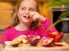 Den Nachwuchs ruhig auch exotische Früchte wie Granatapfel probieren lassen - so wird Obst zum Abenteuer. Vitamine