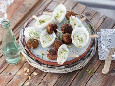 Mit einem selbst zubereiteten Gyros-Spieß fühlt man sich daheim auf dem Balkon oder im Garten fast so wie in einer griechischen Taverne. Erdnüsse