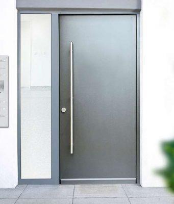 Sicherheitslösungen für besondere Ansprüche: Auch die Kopplung mit Gegensprechanlagen und der Anschluss an Überwachungs-und Alarmsysteme ist bei den Türen mit Mehrfachverriegelungen möglich.
