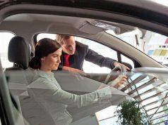 Rund 83 Prozent der Bundesbürger haben sich im Vorfeld eines Autokaufs einer Umfrage zufolge bereits die Ansicht anderer eingeholt. Foto: djd/AutoScout24/Getty Images/pidjoe