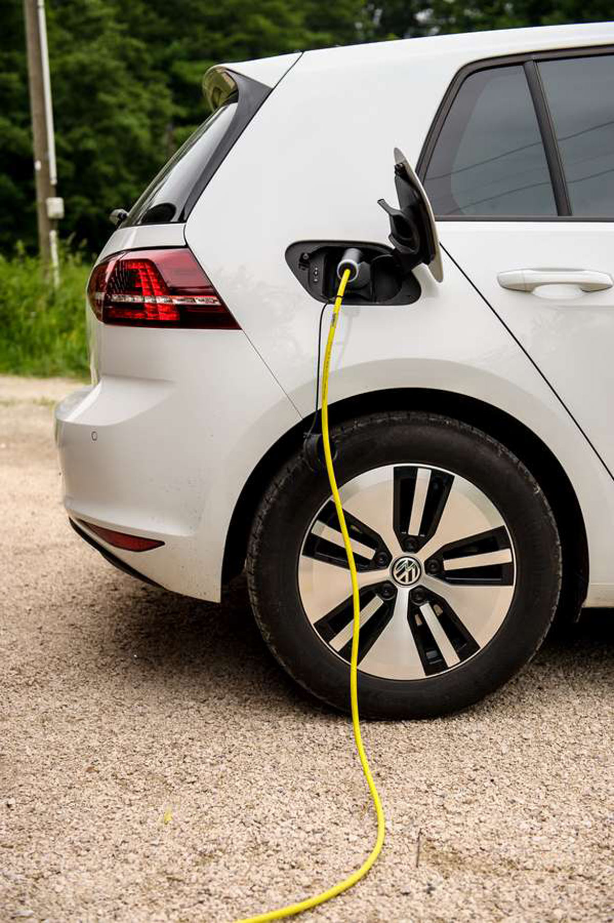 Energieversorgung: Ist die PV-Anlage ausreichend groß und hat der Speicher genug Kapazität und Leistung, kann der Strom gespeichert und für das Laden des E-Autos genutzt werden.