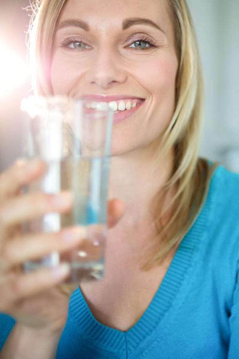 Eine reichliche Flüssigkeitszufuhr unterstützt den gesunden Feuchtigkeitshaushalt der Haut. Foto: djd/Ofa Bamberg/Getty