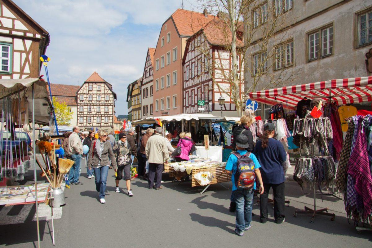 Buntes Markttreiben in Münnerstadt