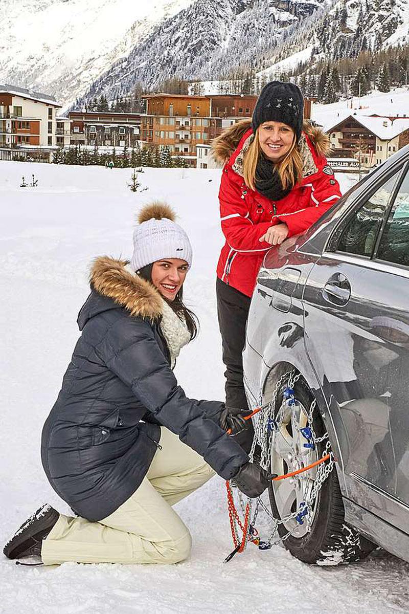 Wer bei Schneetreiben und bei unter null Grad zum ersten Mal Schneeketten in einem engen Radkasten montieren will, wird eventuell eine unangenehme Überraschung erleben - deshalb sollte man die Montage vorher einmal im Warmen geübt haben.