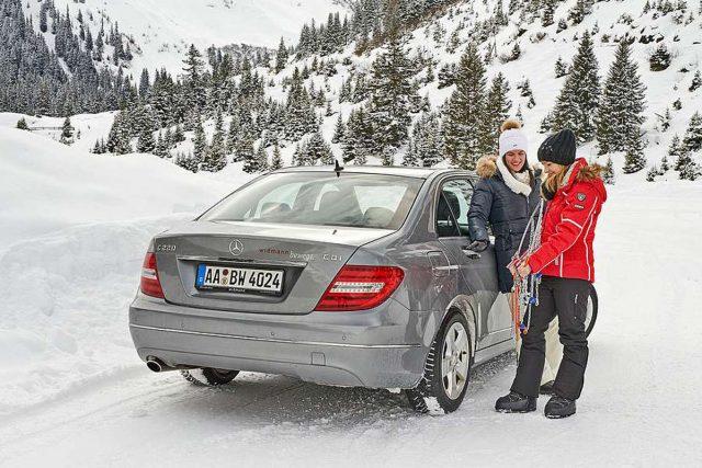 Auf langen und steilen Steigungen mit Neuschnee oder festgefahrener Schneedecke kann man ohne Schnee-Ketten schnell Probleme bekommen. Foto: djd/RUD Ketten
