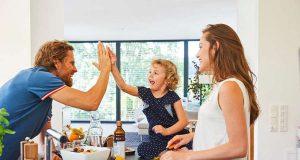 Kleine Köche: Selbst gekocht schmeckt immer gut, und Spaß macht es mit Mama und Papa sowieso. Foto: djd/LaVita/Thilo Brunner