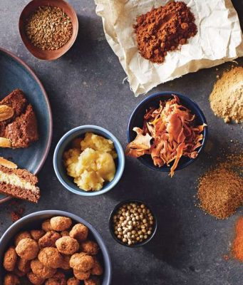Viele Zutaten für die Weihnachtsbäckerei - etwa für gefüllte Spekulatius - gibt es aus fairem Handel. Foto: djd/TransFair e.V.