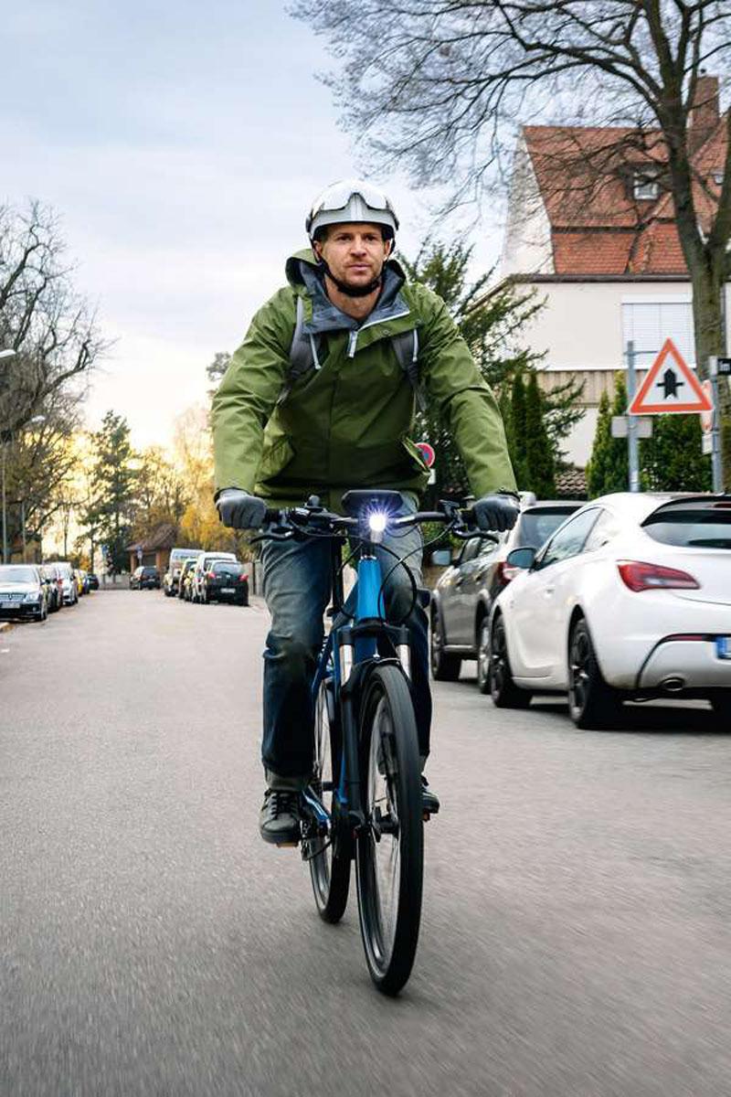Mit einer vorausschauenden Fahrweise kommt man im E-Bike-Sattel auch in der dunklen Jahreszeit sicher ans Ziel. Foto: djd/Bosch