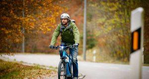 Auch in der dunklen Jahreszeit kann man das E-Bike noch benutzen. Wichtig sind die passende Kleidung, eine gute Sichtbarkeit und der richtige Umgang mit dem Akku. Foto: djd/Bosch