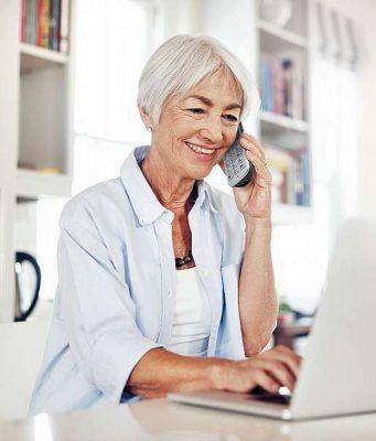 Seniorentelefon: Einfach zu bedienen und gute Sprachqualität: An seniorengerechte Telefone werden besondere Ansprüche gestellt. Foto: djd/Panasonic/Getty Images/shapecharge