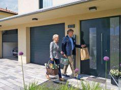 Eine neue Haustür wertet das Zuhause optisch auf. Zugleich sind moderne Modelle älteren Türen in Sachen Wärmedämmung und Einbruchschutz deutlich überlegen - Energieeffizienz