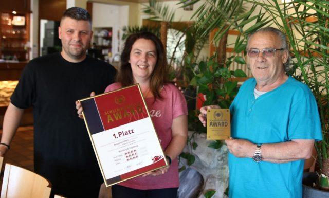 Foto: Konstantus Tsiotras, Athanasia Thomadakis und Christos Tsiotras (v.l.n.r.) freuen sich über den 1. Platz in der Kategorie 2:1-Restaurant beim Schlemmerblock-Award 2019 in der Region Würzburg und Umgebung.