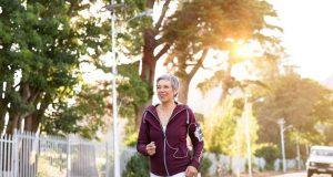 Gesunde Gelenke und Beweglichkeit sind vor allem im Alter wichtige Voraussetzungen für einen aktiven Alltag. Unterstützung durch Kurkumawurzel. Foto: djd/Abtei Gelenk Flex/Rido - stock.adobe.com
