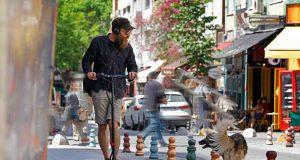 Für die einen gelten E-Scooter als echte Innovation der Verkehrswende - anderen gehen die kleinen, wendigen Flitzer ganz furchtbar auf die Nerven. Foto: djd/LichtBlick SE/Getty