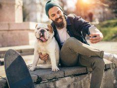 Selfie mit Haustier: Hunde sind einem bekannten Spruch zufolge die besten Freunde des Menschen. Auch für Sparer kann es sich lohnen, in Unternehmen zu investieren, die im boomenden Haustiermarkt eine bedeutende Rolle spielen. Foto: djd/Allianz Global Investors/Getty Images/supersize